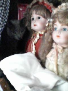 人形の奥に…影が