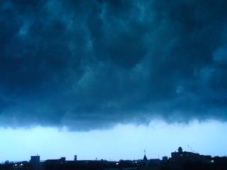 雷雲が立ち込めて